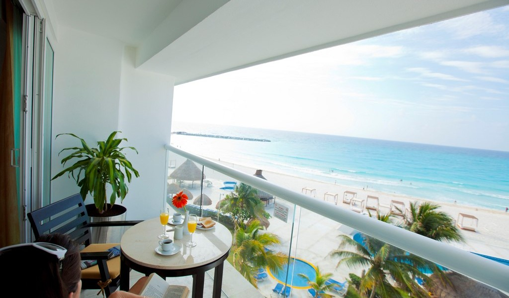 balcony incorporating glass balustrades